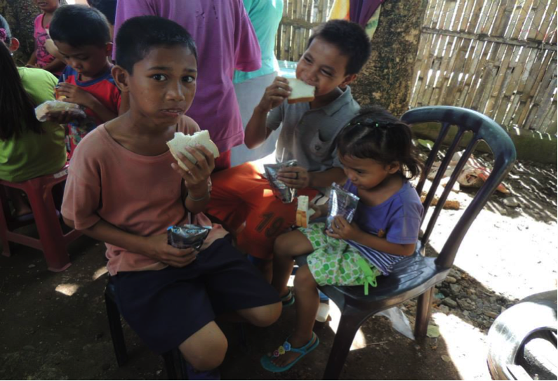 People eating relief supplies